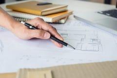 建筑师工作在图纸的,工程师与engineerin一起使用 免版税库存图片