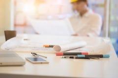 建筑师建筑图纸和objet在工作表上的 库存图片