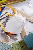 建筑师设计员服务台笔记本螺旋工作&# 图库摄影