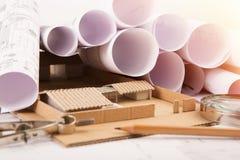 建筑师-结构图、比例模型和工具工作场所  免版税库存照片