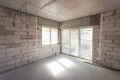 建筑房子新下面 被供气的具体块,水泥砖砌墙壁,塑料窗口,电接线设施 免版税库存照片