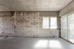 建筑房子新下面 被供气的具体块,水泥砖砌墙壁,塑料窗口,电接线设施 库存图片