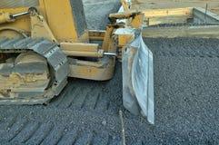 建筑推土机移动的石渣 库存照片