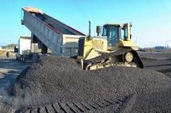 建筑推土机移动的石渣 免版税库存图片