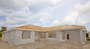 建筑新的屋顶桁架 库存图片