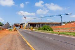建筑新的桥梁横穿高速公路 库存图片