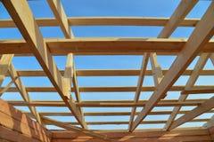 建筑木屋顶细节,顶房顶木材结构系统 库存图片