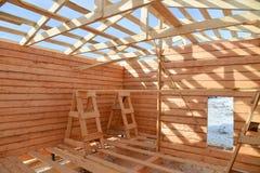 建筑木房子细节,顶房顶木材结构系统 图库摄影
