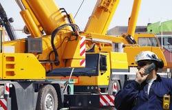 建筑机械和工作者 免版税库存图片
