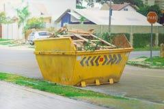 建筑材料废工业大型垃圾桶 免版税库存照片