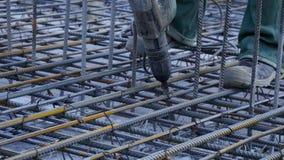 建筑查出的好成套装备工作者 工作者在做增强具体倾吐的建造场所金属框架 股票视频