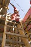建筑梯子突出垂直的工作者 免版税图库摄影