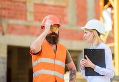 建筑检查、更正和罚款 安全审查员概念 谈论进展项目 审查员和 免版税图库摄影
