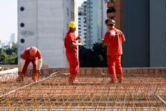 建筑水平的钢筋工作工作者 免版税库存照片