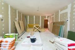 建筑油灰石膏板组装、板料或干式墙的材料在公寓建设中,改造 免版税库存图片