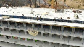 建筑用起重机举在工地工作的钢筋 举由起重机的担子 股票视频