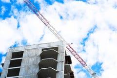 建筑用起重机和建筑反对美丽的天空的背景 免版税库存图片