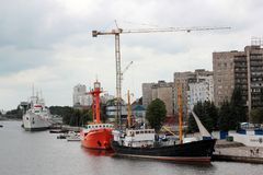 建筑用起重机和船在加里宁格勒俄罗斯港  库存图片