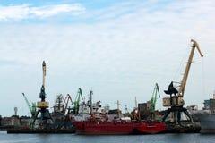 建筑用起重机和船在立陶宛的港 免版税库存照片