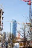 建筑用起重机在一个大城市修建房子 晚上 华沙尖顶 华沙 城市 波兰 免版税图库摄影