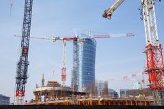 建筑用起重机在一个大城市修建房子 晚上 华沙尖顶 华沙 城市 波兰 免版税库存图片