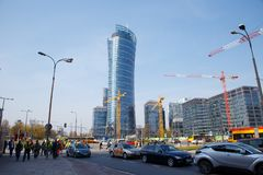 建筑用起重机在一个大城市修建房子 晚上 华沙尖顶 华沙 城市 波兰 免版税库存照片
