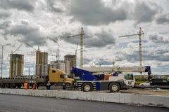 建筑用起重机移动电话站点 秋明州 俄国 免版税图库摄影