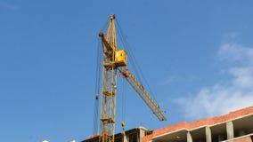 建筑用起重机运作的塔楼4k 股票视频