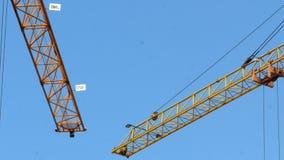 建筑用起重机运作的塔楼4k 股票录像