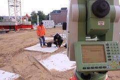 建筑登岸地点测量员工作 库存图片