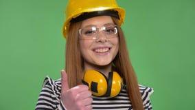 建筑盔甲的年轻人微笑的红发女孩,耳机,风镜,象标志 股票视频