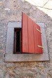 建筑细节:在一个传统地中海房子的小土气窗口 垂直格式,自然光 库存图片