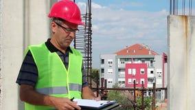 建筑经理在建筑工地检查时 影视素材