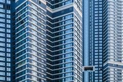 建筑背景,蓝色玻璃墙壁  免版税库存照片