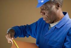 建筑评定的瓦片工作者 免版税库存照片