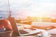 建筑项目书桌在建造场所或办公室机智的 免版税库存图片