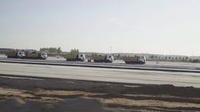 建筑, concreting机场跑道,路 人,工作者,卡车,卸车,沥青摊铺机, roadroller 股票视频