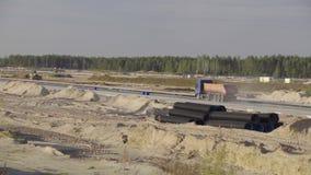建筑, concreting机场跑道,路 在路的大卡车乘驾 卸车,沥青摊铺机, roadroller 股票录像