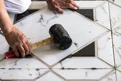 建筑granito铺磁砖工建造者 库存照片