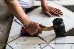 建筑granito铺磁砖工建造者 免版税库存照片