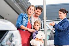 建议的车商在买的汽车的家庭 库存照片