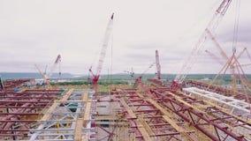 建设中体育场鸟瞰图,寄生虫沿未完成的屋顶飞行 影视素材
