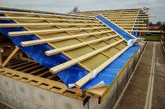 建设中半做的木材的屋顶 库存照片