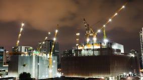 建设中建筑工地定期流逝在晚上在城市或中心商务区 股票录像