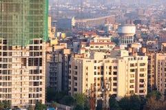 建设中摩天大楼在诺伊达德里以绿色安全n 免版税库存图片