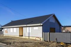 建设中预制的木制框架房子,天空蔚蓝背景 免版税图库摄影