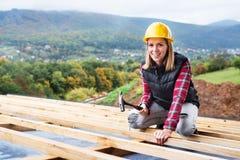 建造场所的少妇工作者 免版税图库摄影