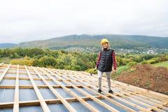 建造场所的少妇工作者 免版税库存照片
