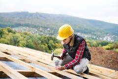 建造场所的少妇工作者 免版税库存图片