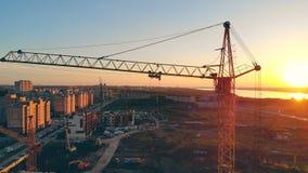 建造场所的看法 几台起重机在站点,运作 股票录像